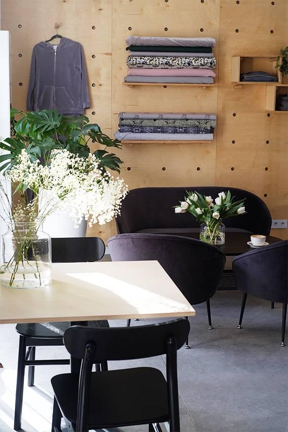 Wnętrze szkoły szycia Slow Fashion Cafe